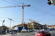 Na stavbe bizniscentra hneď vedľa Steel Arény, kde budú MS v hokeji, robotníkov stále nevidno.