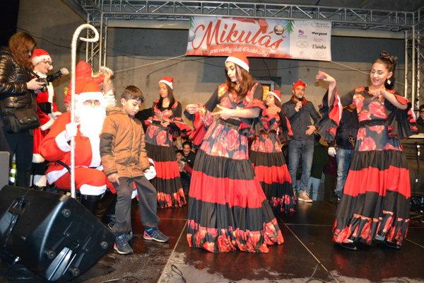 Mikuláš prišiel do osady z Poľska. Deti si preňho pripravili program.