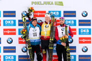 Víťaz Johannes Thingnes Bö (uprostred), vľavo druhý Quentin Fillon-Maillet, vpravo tretí Alexander Loginov.