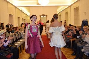 V trebišovskom múzeu otvorili výstavu dvoch maďarských návrhárok z Békešskej Csaby z Maďarska pod názvom Forma ako taká. Predchádzala tomu módna prehliadka.