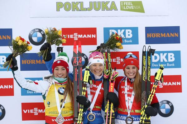 Víťazka Kaisa Mäkäräinenová (uprostred), vľavo druhá Dorothea Wiererová a vpravo tretia Slovenka Paulína Fialková.