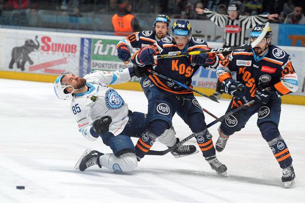 Zľava v popredí: Marek Slovák z HK Nitra, Klemen Pretnar a Patrik Koch, obaja z HC Košice.