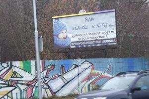 Sebinko by mal 12. decembra päť rokov. Zomrel ako trojročný. Na jeho prípad upozorňujebilbord pri ceste.