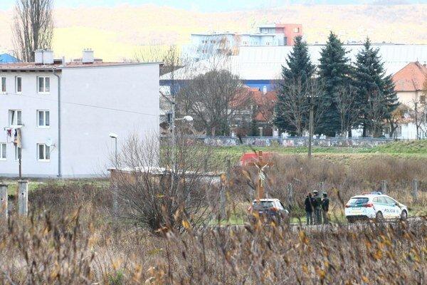 Pred vstupom do rómskej osady hliadkovali policajti.