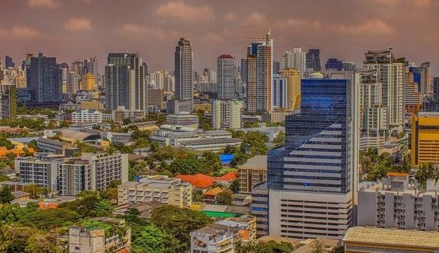 Bangkok, rušné ulice a zdobené chrámy.