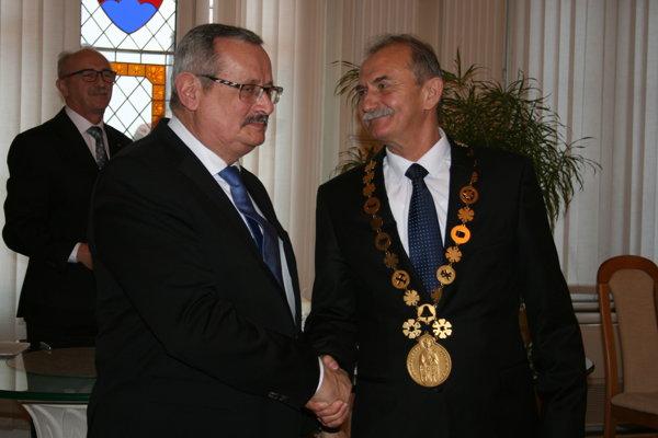 Exprimátor Ján Volný (vľavo), ktorý už kandidoval len za poslanca, ale úspešne, odovzdal funkciu Pavlovi Bečarikovi.