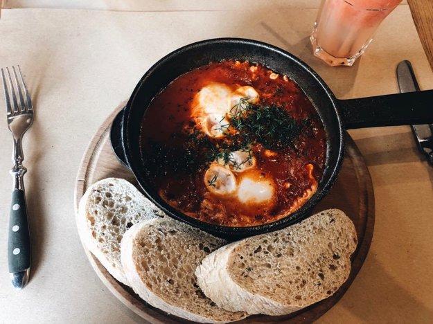 V Kyjeve sa miešajú rôzne kultúrne vplyvy, čo je vidieť aj na ponuke reštaurácii - Šakšuka je pôvodom z Izraela, no často sa objavuje v raňajkovom menu reštaurácii