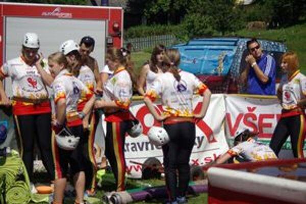 Hasičky z Turčianskych Kľačian čakajú na súťaž.