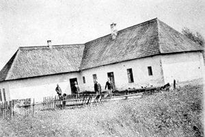 Ľudová škola – tu sa ubytovali poľskí vojaci a odtiaľto strieľali po dedinčanoch.
