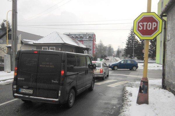 Vodiči sa sťažujú, že na križovatke majú zlé rozhľadové možnosti. Pomôcť by mohla svetelná signalizácia alebo kruhový objazd.