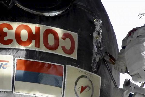 Kozmonauti sa snažia opraviť trhli na stene vesmírnej stanice.