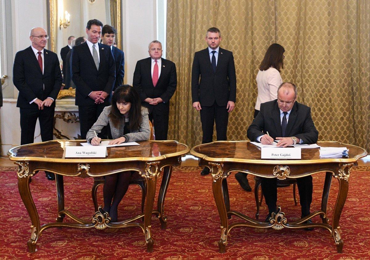 19010b0eebfd Viceprezidentka spoločnosti Lockheed Martin Ana Wugofski a minister obrany  SR Peter Gajdoš počas slávnostného podpisu dohôd