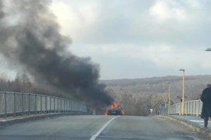 Hustý dym z horiaceho auta zahalil blízke okolie.