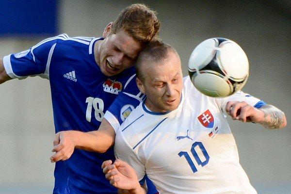 Na snímke vpravo Marek Sapara  v kvalifikačnom futbalovom zápase G-skupiny na MS 2014  Lichtenštajnsko - Slovensko.