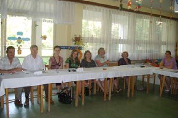 Členovia okrskovej volebnej komisie v Dubnici nad Váhom.