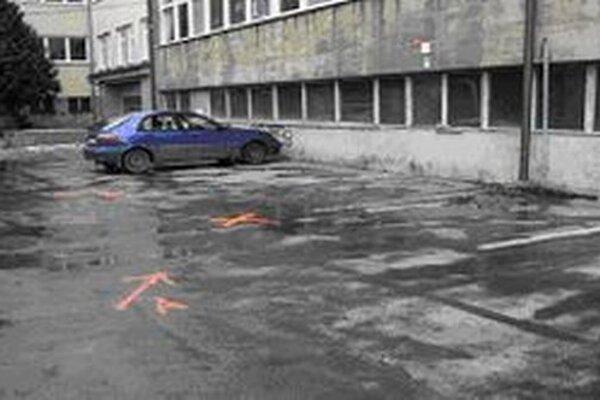 Zatiaľ neznámy vodič autom pritlačil chodkyňu k druhému riadne zaparkovanému vozidlu.