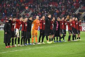 Hráči Spartaka Trnava oslavujú víťazstvo so svojimi fanúšikmi.