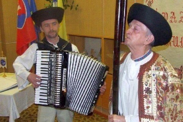 Ivanovi Broskovi ponúkali za kabanicu, ktorú dostal od baču z Demänovej, veľké peniaze, ale nepredal ju.