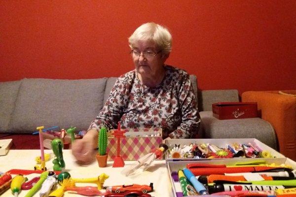Emília Belanová má v zbierke už takmer 9 tisíc pier a ceruziek, rada by to dotiahla k desiatim tisícom.