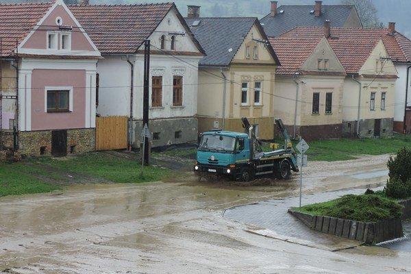 V obci vyhlásili tretí povodňový stupeň. Podobnú situáciu zažili Hybania už pred niekoľkými rokmi, ale nie v takomto rozsahu.