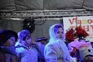 malí vystupujúci na Vianočných trhoch