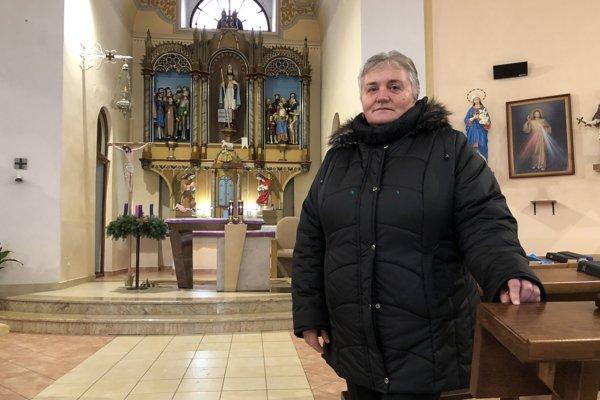 Na snímke kronikárka obce Lenartov Mária Frandoferová v kostole svätého Leonarda.