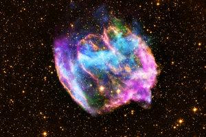 Deformovaný zvyšok supernovy W49B. Pri pohľade zo Zeme je starý tisíc rokov a je od nás vzdialený 26-tisíc svetelných rokov.