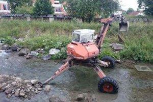 Veľká voda zaniesla koryto potoka, preto ho čistia, aby sa pri dažďoch voda nevyliala.