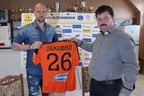 Martin Jakubko (vľavo) ašportový riaditeľ MFK Ružomberok Erik Kendera (vpravo).
