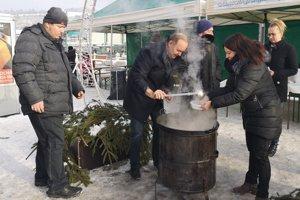 Primátor Milan Gura tradične hostí počas Vianoc Čadčanov kapustnicou.