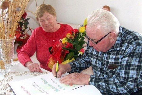 Pri príležitosti zlatej svadby sa manželia Kováčovci zapísali do pamätnej knihy obce.