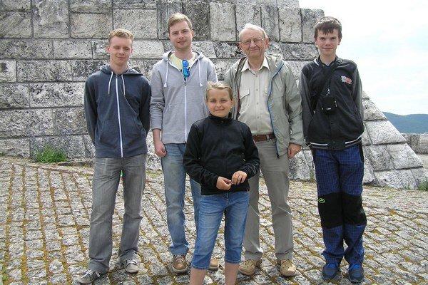 Zľava Tomáš Oško, Lukáš Oško, vedúci KMF Jozef Oško, Daniel Vajs avpopredí Emka Hánová.