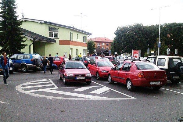Najdlhšie môžu autá na parkovisku stáť štyri hodiny.