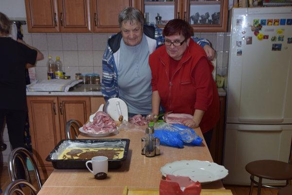 Na fotografii obyvateľky charity v kuchynke pri vianočnom pečení.