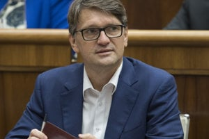 25. októbra. Exminister kultúry a niekdajší podpredseda Smeru Marek Maďarič oznámil, že zo strany odchádza. V parlamente zostal pôsobiť ako nezávislý poslanec.