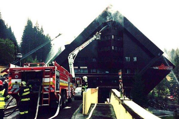Predpokladá sa, že požiar by mali uhasiť v priebehu dňa.