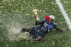 Francúzsky futbalista Benjamin Mendy oslavuje titul majstra sveta vo futbale.