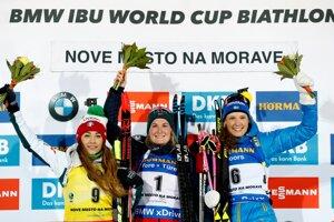 Víťazka Marte Olsbu Roeiselandová (uprostred), druhá Dorothea Wiererová (vľavo) a tretia Hanna Oebergová.(