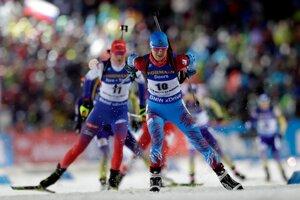 Vľavo slovenská biatlonistka Anastasia Kuzminová a vpravo Ruska Irina Starykovová na trati stíhacích pretekov.