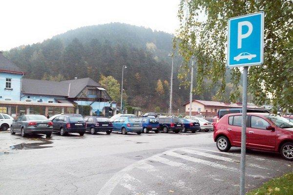 Odhadom môže pri dĺžke parkoviska 185 metrov a pri šírke parkovacieho státia 2,4 metra vzniknúť približne 150 parkovacích miest pre osobné motorové vozidlá a päť pre autobusy