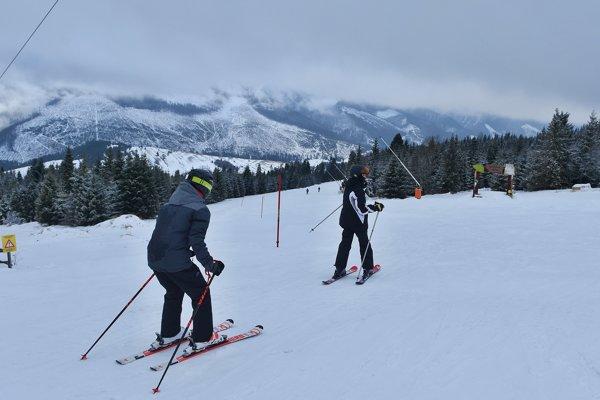 Lyžovačka v lyžiarskom stredisku v Bachledovej doline v obci Ždiar.