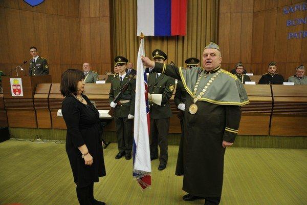 Nový rektor akadémie Jozef Puttera počas slávnostnej prísahy na zástavu Slovenskej republiky.
