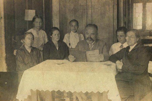 Bezděkovci. Ctibor Hugo Bezděk s manželkou, dcérami Táňou a Vierou a priateľmi.