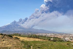 Otrasy sa začali objavovať po tom, čo v pondelok začala tamojšia sopka Etna chrliť lávu a popol.