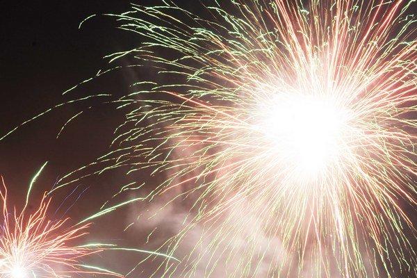 Svetelná šou na nočnej oblohe. Polnočné ohňostroje nebudú chýbať v žiadnom z troch miest na Liptove.