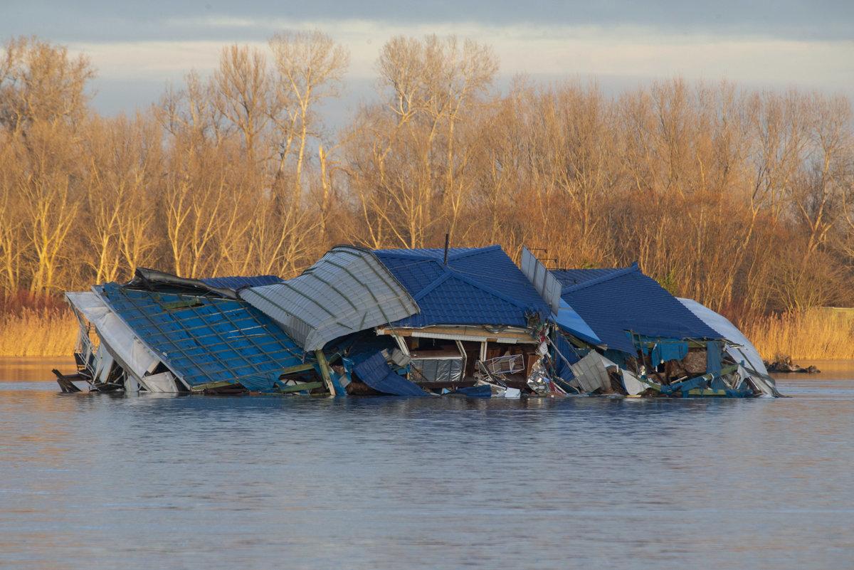 608a0cd0e Pontóny musia vydržať vysokú vodu aj poltonové konáre - Bratislava SME