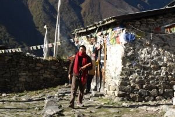 Nepálci okrem budhizmu a hinduizmu uctievajú aj turizmus. V krajine je hlavným zdrojom obživy. Miestni sa o turistov starajú, ponúkajú im sprievodcovské, nosičské, ubytovacie alebo stravovacie služby.