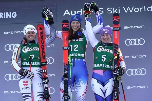 Petra Vlhová v strede, vľavo druuhá Viktoria Rebensburgová a tretia Tessa Worleyová.