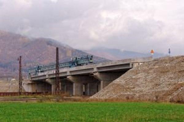 Povrchová trasa vedie cez málo slnečné územie. Okrem toho je vraj drahšia a dlhšia ako trasa tunelom Korbeľka.