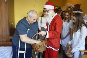 Gymnazisti potešili ľudí vo vranovskej nemocnici.
